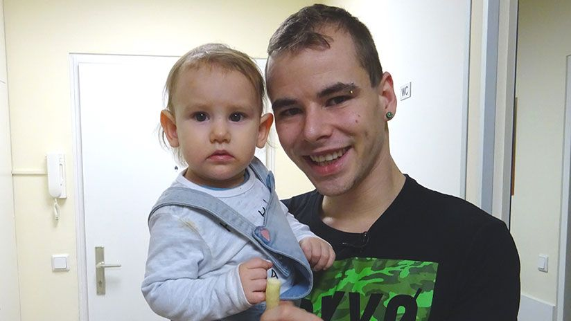 Stefan kümmert sich um die Kleine